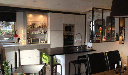 good cuisine en laque brillante blanche gorges en aluminium cuisine design avec verrire with. Black Bedroom Furniture Sets. Home Design Ideas