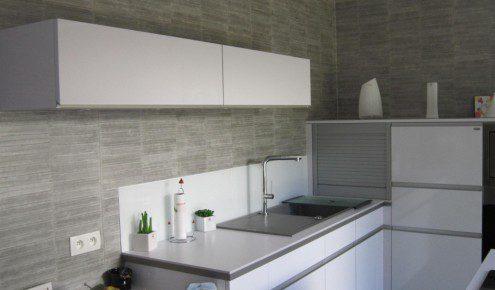 Cuisine Laquee Blanche Plan De Travail Gris  Maison Design  BahbeCom