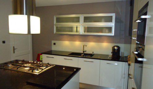 Cuisine cuisine blanc avec plan de travail noir : Cuisine aménagée - Réalisations Thionville