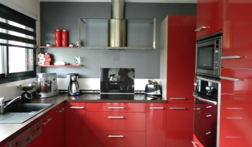 Stunning Cuisine Rouge Avec Bar Pictures - Sledbralorne.com ...
