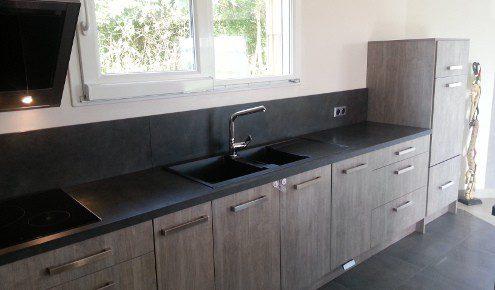 cuisine grise et plan de travail noir - maison design - bahbe.com - Plan De Travail Cuisine Gris Anthracite