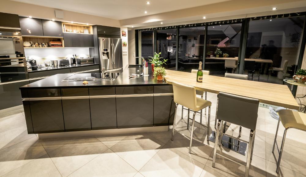 Chambre A Coucher Quadra :  dominent cette cuisine aménagée par le magasin Arthur Bonnet de