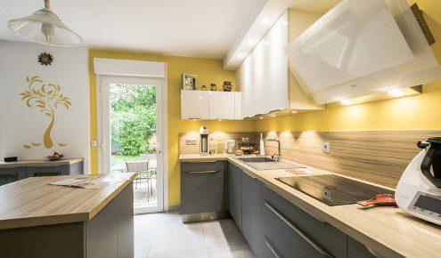cuisine-contemporaine-mur-jaune-tours