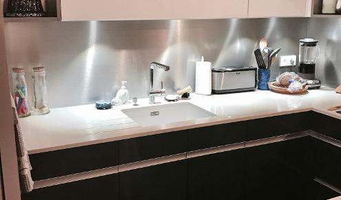 Cuisine blanche meubles noirs Paris 16