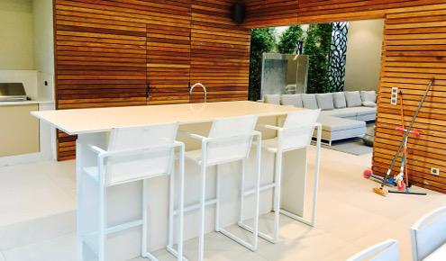 cuisine-amenagee-exterieur-table-chaise-haute-montpellier