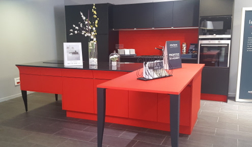 magasin-cuisines-amenagees-couleur-rouge-ilot-central-annecy