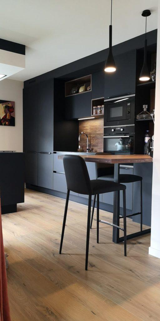 cuisine_contemporaine_noire_et_bois_fours_dicrets