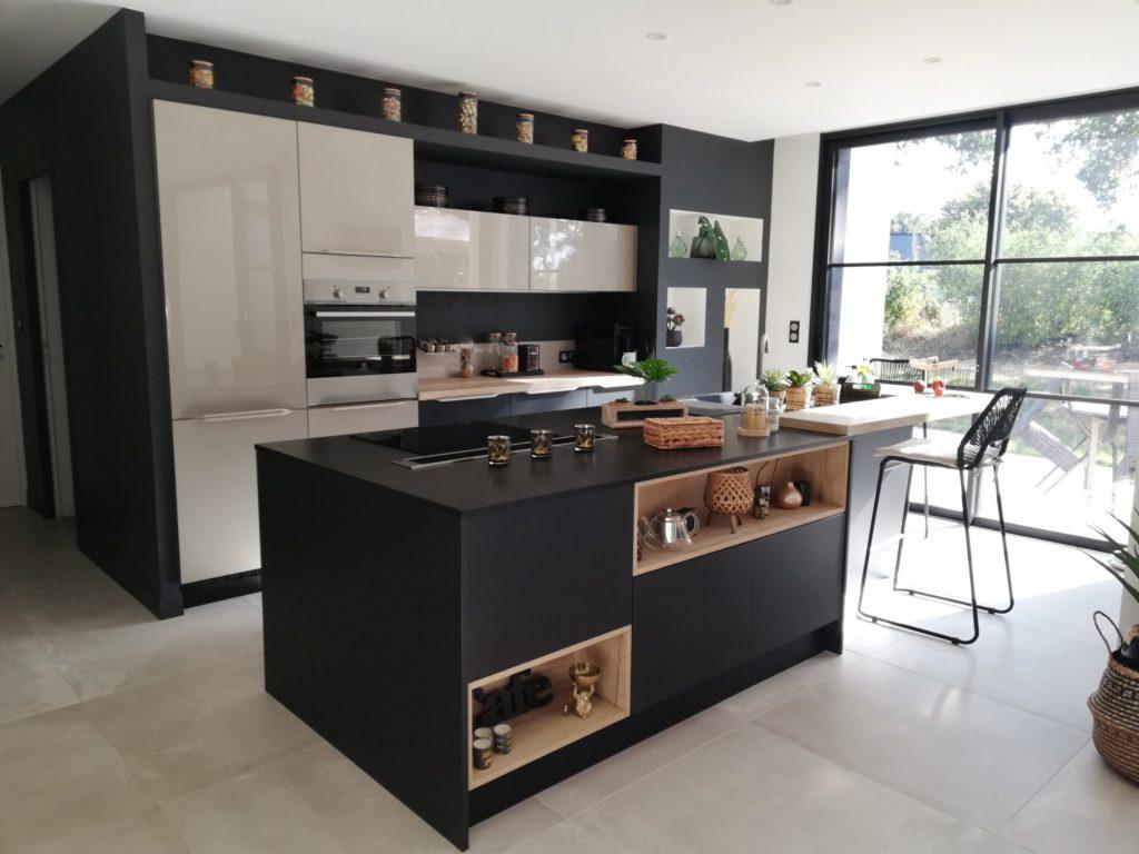 cuisine_design_blanche_et_noire_four_blanc