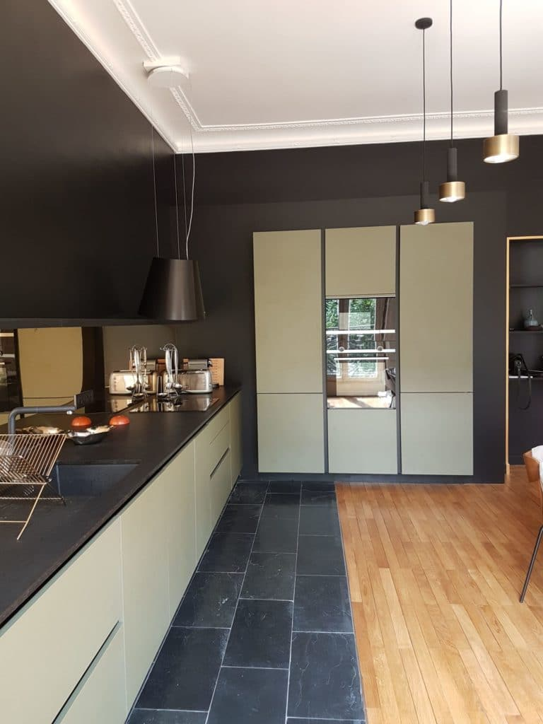 cuisine_design_kaki_et_noire_parquet_carrelage