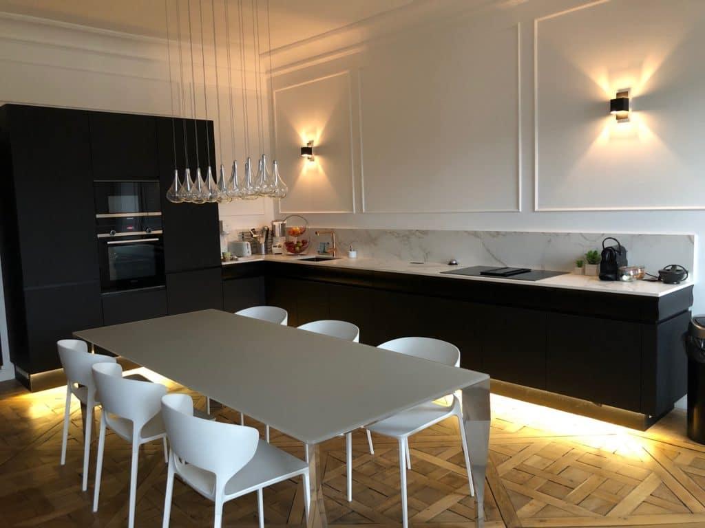 cuisine_design_noire_parquet_chevron