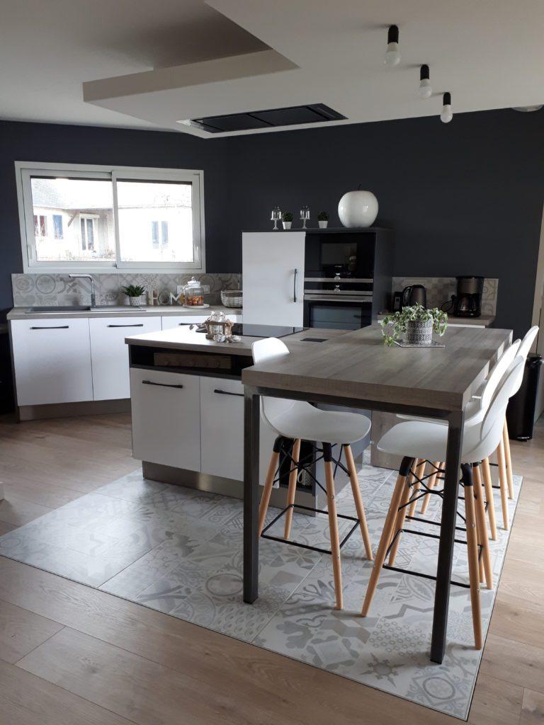 cuisine_moderne_blanche_ilot_carreaux_de_ciment