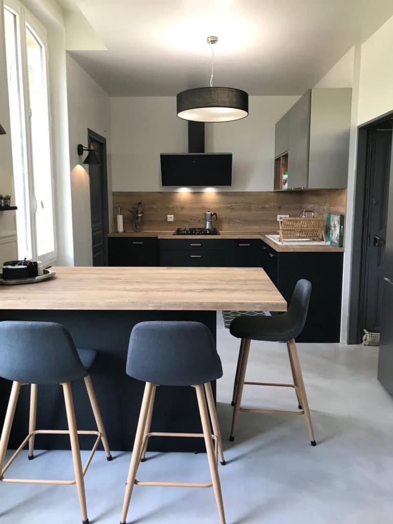 cuisine_moderne_noire_et_bois