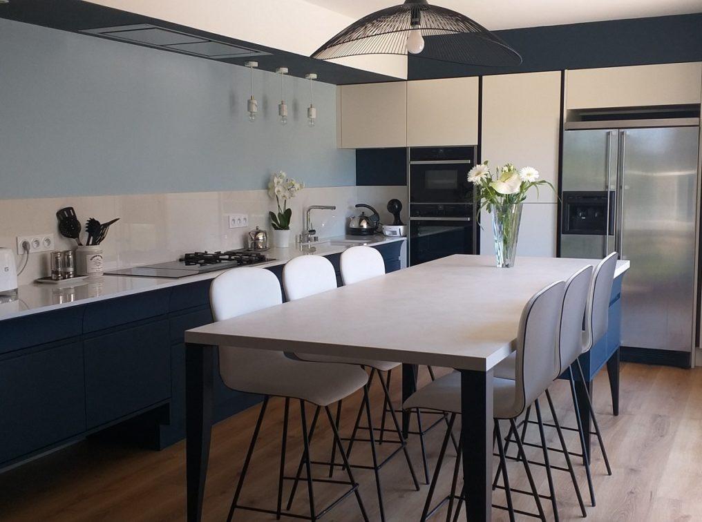 cuisine-contemporaine-murs-bleus