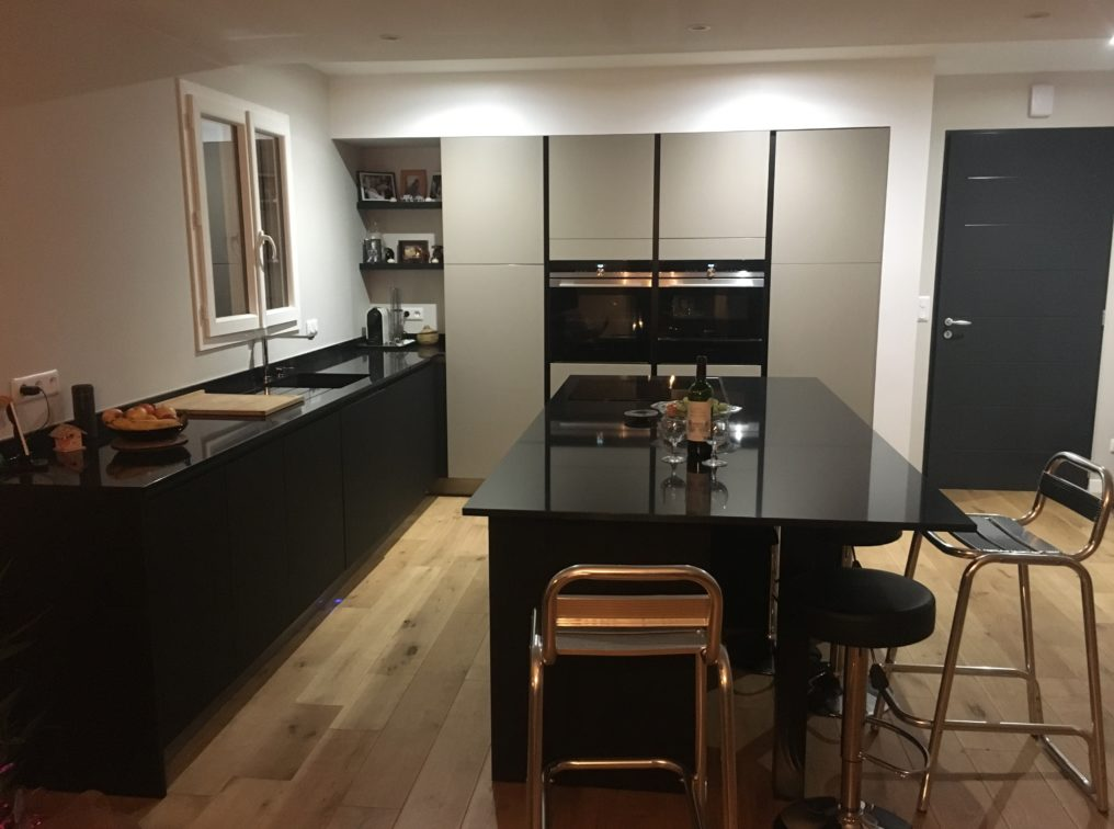 cuisine-noire-vaste-ilot